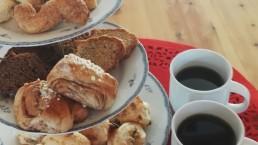 Kuerkievarilla leivotaan pullat ja leivät mummolan tyyliin itse! Kuerkievari Ylläksellä tarjoaa majoituksen ja ruoat!