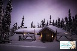 Yksi latukahviloiden ehdoton suosikki on Velhon Kota, jonne pääsee niin suksilla kuin lumikengilläkin