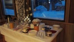 Majoittuessasi Ylläksellä KuerHotellissa tai KuerHostellissa odottaa runsas aamiainen takkatulen ääressä